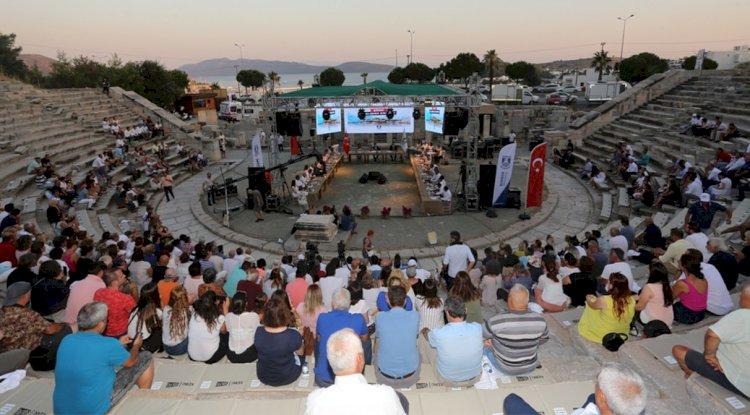 Antik Tiyatro'da Heyecanı Düşük Meclis Toplantısı