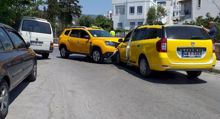 2 Taksi Kafa Kafaya Çarpıştı!